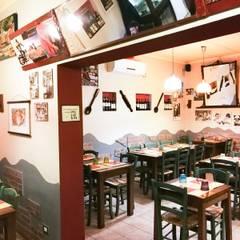 Pizzeria La Taverna dei Matti : Bar & Club in stile  di Luca Alitini