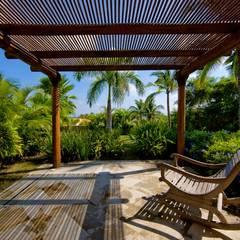Casa Cariza: Jardines en la fachada de estilo  por BR  ARQUITECTOS, Tropical Madera Acabado en madera