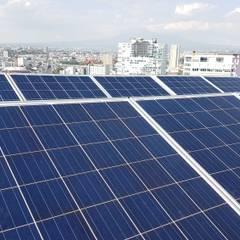 Sistema solar de interconexión a CFE Torre Palmas Plaza: Techos de estilo  por Vumen mx
