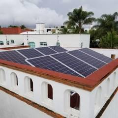 Sistema solar de interconexión a CFE en el Fracc. la Concepción : Techos de estilo  por Vumen mx