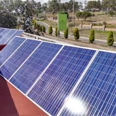 Sistema solar autónomo y de interconexión a CFE en Haras Puebla: Techos de estilo  por Vumen mx