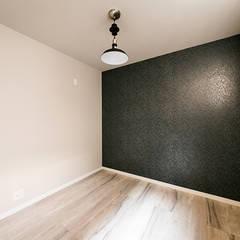漆黒のガレージハウス: コンフォート建築設計工房が手掛けた寝室です。,インダストリアル