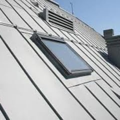 TELHADO BRONZE COM JANELA DE TETO : Hotéis  por Balm Roof Top Comercio e Serviço Ltda