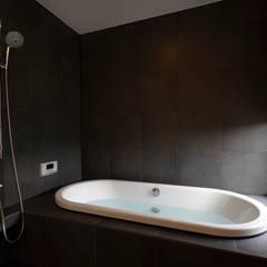 ステップハウス: 寺下浩一級建築士事務所が手掛けた浴室です。