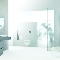Minimal English inspired living spaces:  Bathroom by Papersky Studio