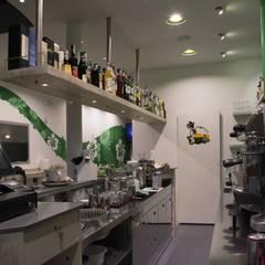 Sala bar e parete sala: Bar & Club in stile  di Interno5