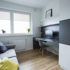 MIESZKANIE TRZYPOKOJOWE INSPIROWANE STYLEM SKANDYNAWSKIM: styl , w kategorii Domowe biuro i gabinet zaprojektowany przez AAW studio