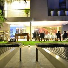 Vista do Jardim - Casa Cubo: Casas familiares  por Costa Lima Arquitetura Design e Construções Ltda