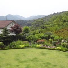 Jardins de fachadas de casas  por 아이디얼가든 (IDEALGARDEN)