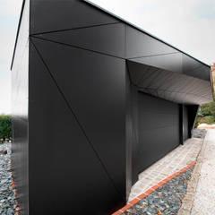 Monolith in Schwarz:  Garage & Schuppen von plusEnergieArchitektur