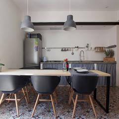 Il soggiorno/Cucina: Cucina attrezzata in stile  di Ad'A