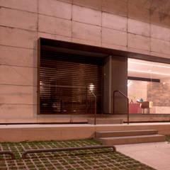 Fachada - Projeto para showroom da marca Portinari em São Paulo: Lojas e imóveis comerciais  por Estudio Piloti Arquitetura