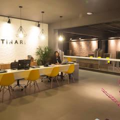recepção - Projeto para showroom da marca Portinari em São Paulo: Lojas e imóveis comerciais  por Estudio Piloti Arquitetura