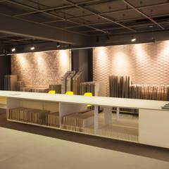 espaço interno - Projeto para showroom da marca Portinari em São Paulo: Lojas e imóveis comerciais  por Estudio Piloti Arquitetura