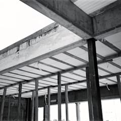 Detalle esquina patio interno en obra: Techos de estilo  por KorteSa arquitectura