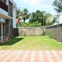 TS House: Taman oleh PT.Matabangun Kreatama Indonesia, Tropis