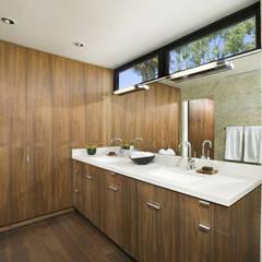 Bima Residence: Kamar Mandi oleh Budi Setiawan Design Studio, Skandinavia