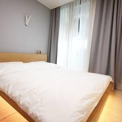 따뜻한 내츄럴 홈스타일링: homelatte의  침실