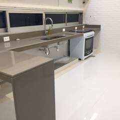 Bancadas em quartzo tipo Silestone : Cozinhas embutidas  por Alves Bellotti Arquitetura & Design