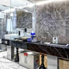 Fairview Park:  Bathroom by Clifton Leung Design Workshop, Classic