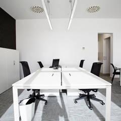 Mesas de oficina: Oficinas y Tiendas de estilo  de Laia Ubia Studio