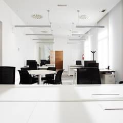 Espacio común oficina: Oficinas y Tiendas de estilo  de Laia Ubia Studio