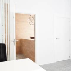 Acceso espacio de trabajo: Oficinas y Tiendas de estilo  de Laia Ubia Studio