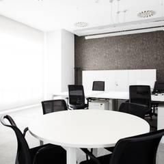 Zonas comunes de reunión: Oficinas y Tiendas de estilo  de Laia Ubia Studio