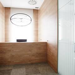 Recepción: Oficinas y Tiendas de estilo  de Laia Ubia Studio