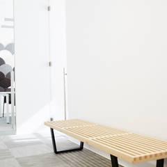 Zona de espera: Oficinas y Tiendas de estilo  de Laia Ubia Studio