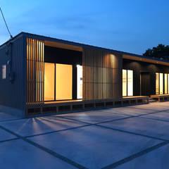 河川敷沿いに建つ平屋の二世帯住宅: KAWAZOE-ARCHITECTSが手掛けた家です。,