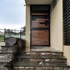 Puertas de madera de estilo  por Rawat Design Studio