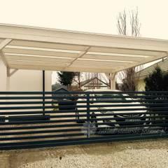 Wiata garażowa z zadaszeniem z poliwęglanu: styl , w kategorii Zadaszenie zaprojektowany przez Zakład Stolarski Poznań