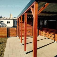 Wiaty garażowe w zabudowie szeregowej: styl , w kategorii Garaż podwójny zaprojektowany przez Zakład Stolarski Poznań