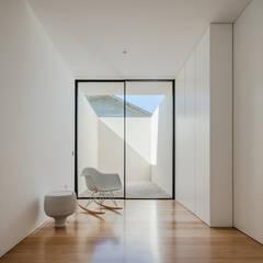 Pasillos y vestíbulos de estilo  por Raulino Silva Arquitecto Unip. Lda