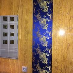 Wandbespannung aus Chinesischem Brokat in einem Bad aus Marmor:  Badezimmer von Ihr Einrichter Deco und Interieur Ralf Leuter