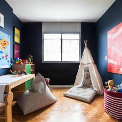 Brinquedoteca: Quartos dos meninos  por Pereira Reade Interiores