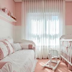 Kids: Quartos de bebê  por Pereira Reade Interiores