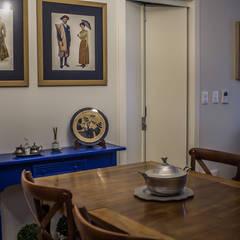 Apartamento Condado de Homelland - Gramado: Salas de jantar  por Luiza Goulart Arquiteta,Campestre Madeira Efeito de madeira