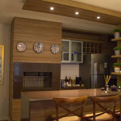 Apartamento Condado de Homelland - Gramado: Armários e bancadas de cozinha  por Luiza Goulart Arquiteta