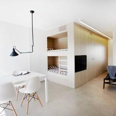 Apartamento en la playa -RAMON PLANES-: Dormitorios infantiles de estilo  de Laia Ubia Studio