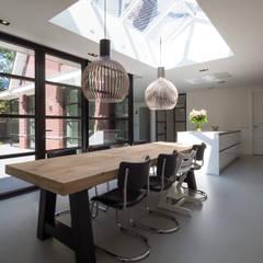Interieur vrijstaande woning Bergen (NH):  Eetkamer door By Lilian