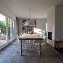Modern & sfeervol interieur in vrijstaande woning: moderne Eetkamer door By Lilian