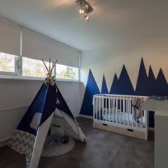 Modern & sfeervol interieur in vrijstaande woning:  Babykamer door By Lilian