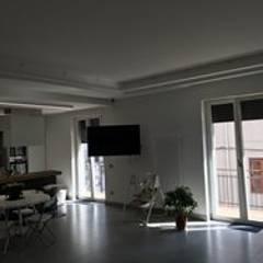 CASA M S: Ingresso & Corridoio in stile  di antonio giordano architetto