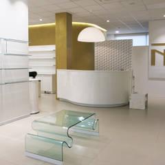 Salone di parrucchiera ed estetica a Riccione: Negozi & Locali commerciali in stile  di Co-design studio