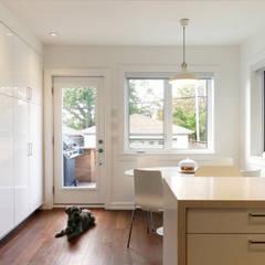 Oakwood Village House - Kitchen:  Kitchen by Solares Architecture