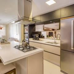 Cozinha em Ilha: Cozinhas  por Juliana Agner Arquitetura e Interiores