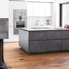 Eggersmann e-sign Beton Tokio mit Edelstahl und Feinstrukturlack:  Küchenzeile von Lang Küchen & Accessoires GmbH & Co KG