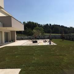 Giardino con prato a rotoli: Giardino anteriore in stile  di Quartiere Fiorito